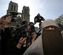 Una mujer con niqab, en París. | Reuters