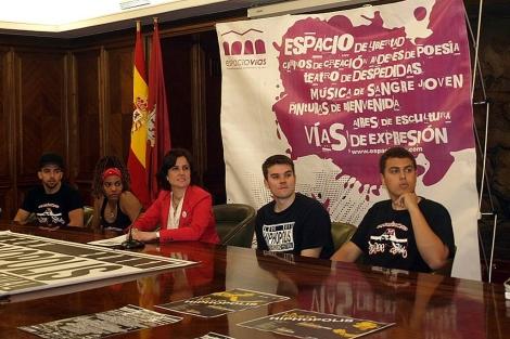 La concejala con los jóvenes promotores del festival hip-hopero.