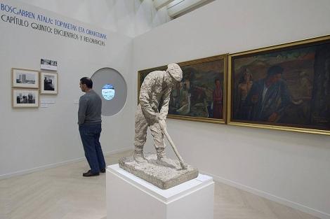 Un hombre visita la exposición 'Itsasurdin. Ultramar' en la sala Kubo. | Efe