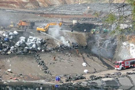 Los equipos de emergencia apagando el incendio en el vertedero de Huelva. | E.M.