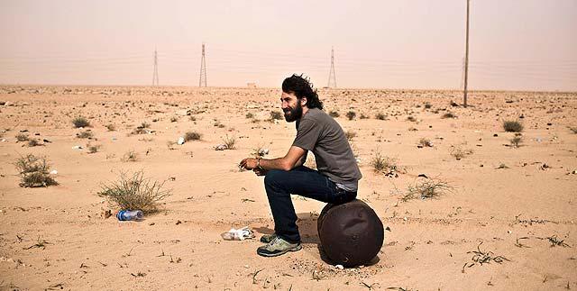 Manu Brabo, durante un descanso mientras cubría una batalla en Libia. | Efe