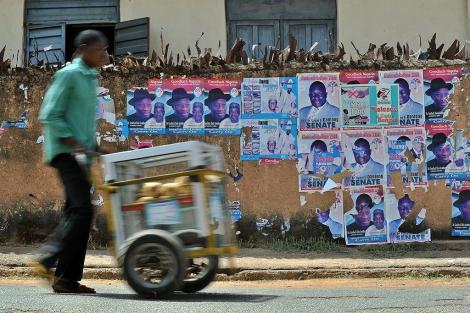 Un comerciante transporta mercancía en la ciudad nigeriana de Jos. | Afp