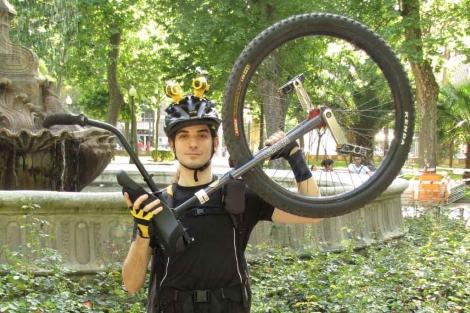 Daniel Burón muestra su medio de transporte habitual.