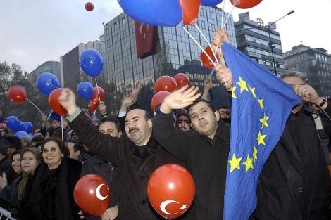 Seguidores del primer ministro Erdogan agitan globos y banderas en Bruselas. |