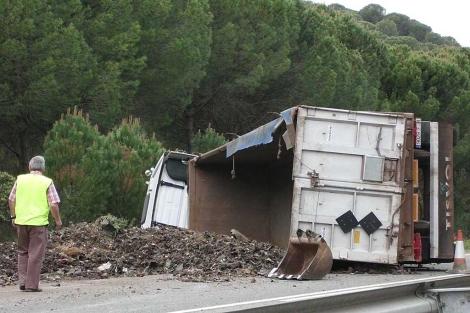Vuelca un camión con 4.000 kilos de tierra contaminada ...