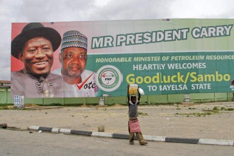 Un cartel celebra la victoria de Jonathan en Bayelsa. | EFE