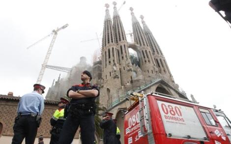 Mossos d'Esquadra y un camión de bomberos junto al templo, aún humeante. | Quique García