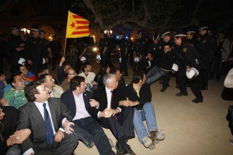 Diputados de SI, en su reciente protesta frente a las puertas del Parlament.   Quique García