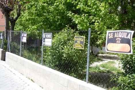 Los anuncios de pisos se multiplican en las calles de Madrid.   J. F. L.