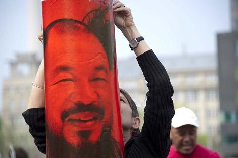 Un retrato de Ai, colgado ante la Embajada China en Berlín. | AFP