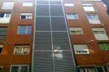 Bloque de viviendas donde CatalunyaCaixa posee un piso 'invisible'. | ELMUNDO.es