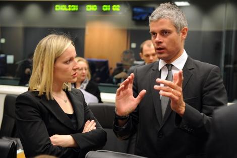 El ministro de Asuntos Europeos francés, Laurent Wauquiez, con su homóloga irlandesa.   Afp