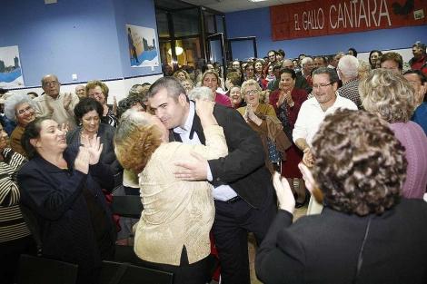 El ex alcalde de La Algaba, rodeado de simpatizantes. | Esther Lobato