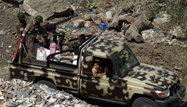 Soldados yemeníes conducen a un grupo de manifestantes arrestados en Taiz. | Reuters