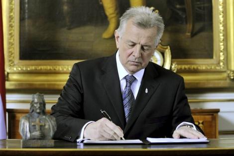 El presidente húngaro, Pál Schmitt, firma la nueva constitución de Hungría.   Efe