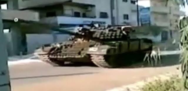 Imágenes de vídeo que muestran un tanque sirio en las calles de Deraa. | Afp