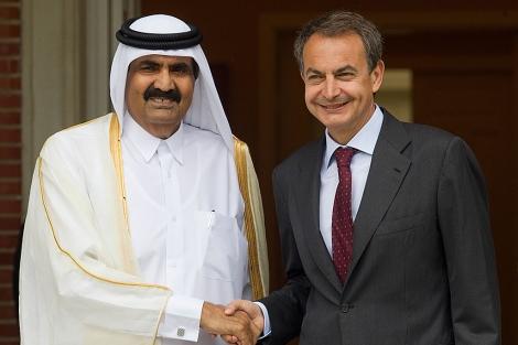 Zapatero y el emir de Qatar se saludan antes de su encuentro en Moncloa.   Alberto Cuéllar