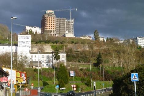 Vista de las torres de O Garañón, paralizadas.   S. P.