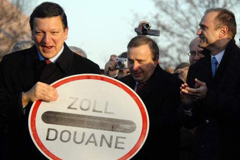 Barroso retirando una señal de la frontera entre Polonia y Alemania en 2007. | Afp