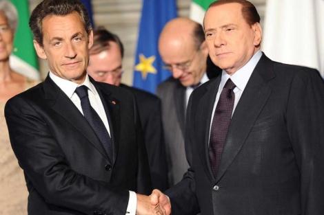 Sarkozy y Berlusconi se saludan en la cumbre de Roma. | Afp