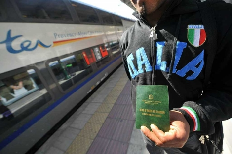 Un inmigrante con un documento que le permite viajar.| Efe