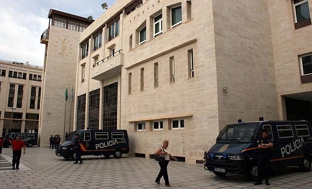 Furgones policiales en la puerta del Ayuntamiento durante la intervención. | M. C.