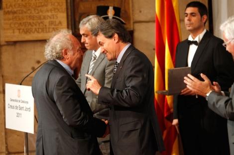 Punset, en el momento de recibir la medalla de manos de Artur Mas. | Q. García