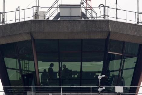 Varios trabajadores, este miércoles en la torre de control del aeropuerto.   Reuters