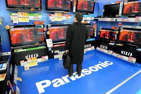 Un hombre observa unos televisores Panasonic en una tienda de Tokio | Everett Kennedy Brown