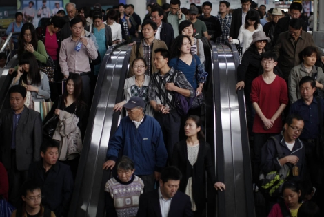 Chinos entrando en el metro situado en la Plaza del Pueblo de Shanghai. | Reuters