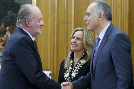 El Rey saluda al ministro de Economía de Marruecos. | Efe