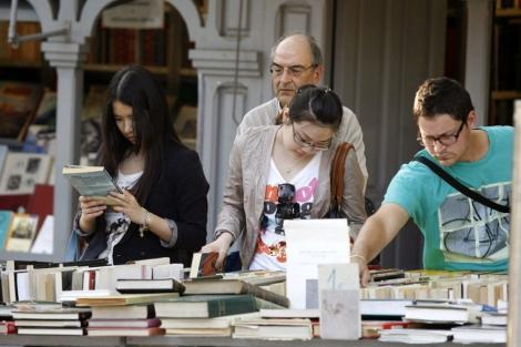 Observando libros en la Cuesta de Moyano   Efe (Víctor Lerena) MÁS FOTOS