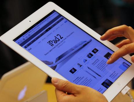 Un cliente probando el ipad 2 | EFE/YM YIK