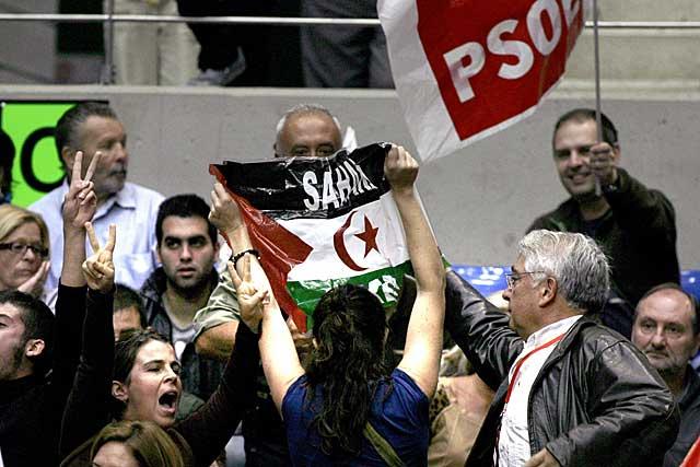 Protesta saharaui en el mitin de Zapatero. | Efe