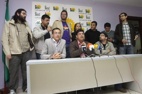 Valderas, con algunos de los candidatos menores de 35 años de IU. | Elisabeth Domínguez