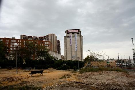 Pancartas en los silos de la Harinera de San Blas. | E.M.