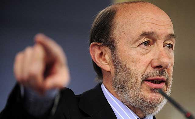Alfredo Pérez Rubalcaba, en rueda de prensa, este lunes en La Moncloa.   Bernardo Díaz.