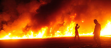 El ataque ha provocado un gran incendio en la zona. | Afp
