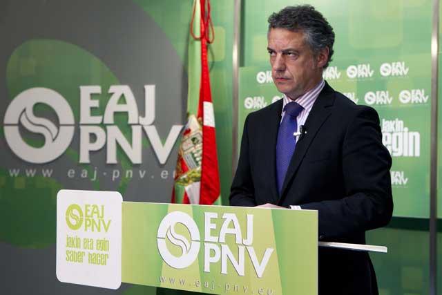 El presidente del EBB del PNV, Iñigo Urkullu, lee la nota con gesto serio.   Iñaki Andrés