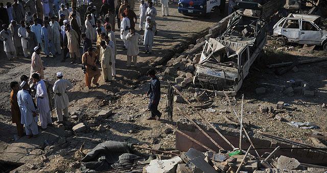 Decenas de pakistaníes observan los restos del complejo donde Osama bin Laden fue atacado.   Afp