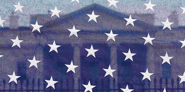 La Casa Blanca, vista a través de la bandera estadounidense. | Ap