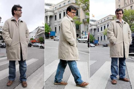 Javier Cercas, junto al Congreso de los diputados, escenario de 'Anatomía de un instante'. | Antonio Heredia
