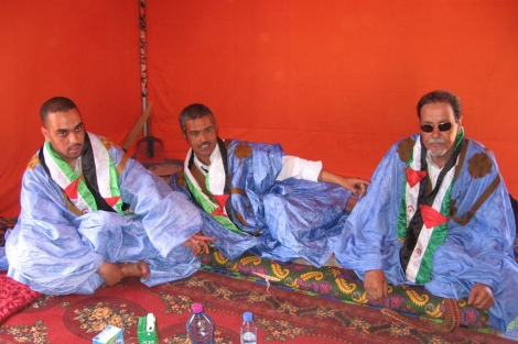 Mohamed Haddi, Mohamed Dahbi y Ambarez Daudi en las haima que les acoge en Dajla.