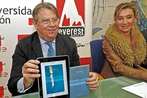 Jaime Siles y la vicerrectora Victoria Seco. | J.M.G.