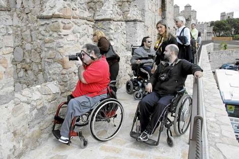 Discapacitados en silla de ruedas visitando la muralla de Ávila.| ELMUNDO