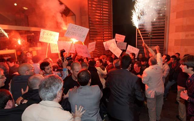 Bomberos en la entrada del acto del PSC. | Domènec Umbert
