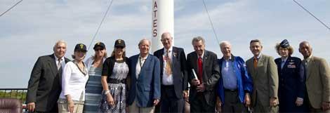 Las tres hijas de Shepard, astronautas y otros miembros de la NASA durante el homenaje.