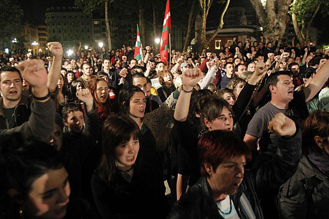 Miles de personas han celebrado en Bilbao, al grito de 'independentzia', la decisión del TC.   Justy García Koch