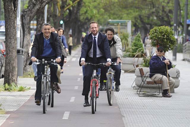 De Andrés y Maroto se dirigen en bicicleta al acto del PP en Vitoria. | Nuria González
