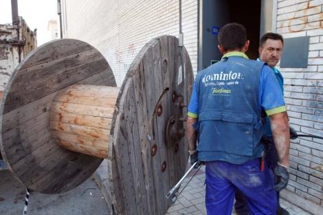 Operarios de Telefónica trabajan para solucionar la avería. | A. Pastor